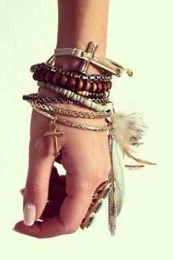 p5c9xr-l-610x610-jewels-jewelry-bracelets-stacked-bracelets-feathers-hippie-indie-boho-chic-beads-gold